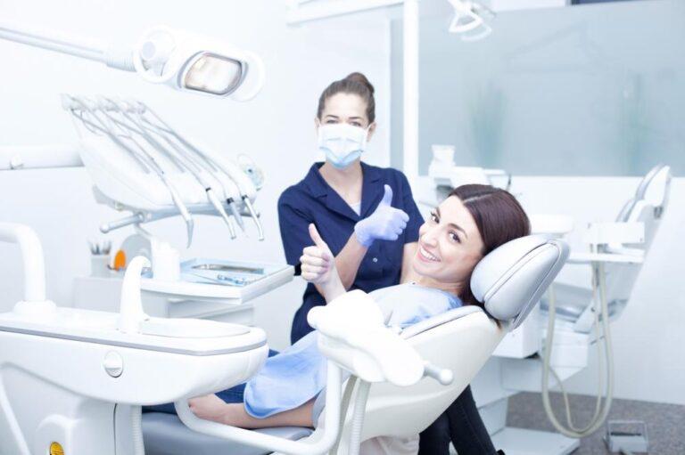 Ile kosztuje wstawienie zęba? – Najważniejsze aspekty
